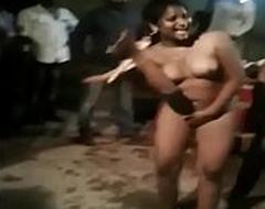 देसी लडकियां नंगा डांस सड़क पर शादी में